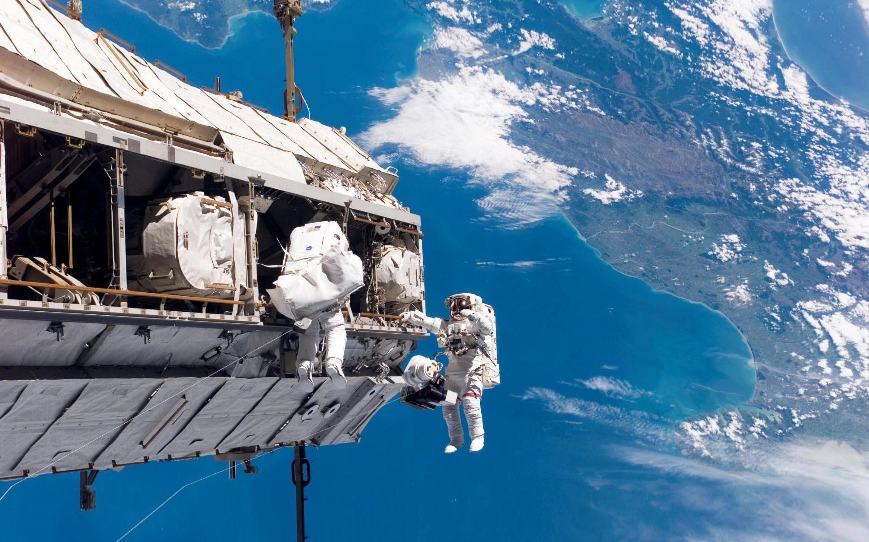 2880x1800_astronavtyi-kosmicheskaya-stantsiya-zemlya-more-oblaka.jpg