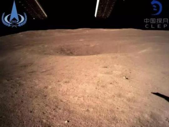 嫦娥四号传回世界第一张近距离拍摄月背影像图
